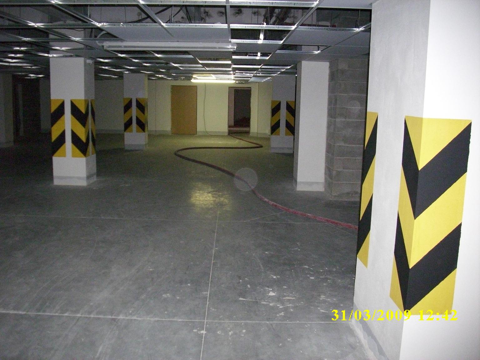 Šrafy sloupů v podzemních garážích